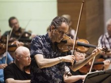 Jewish violinist finishes father's piece that Nazis broke up
